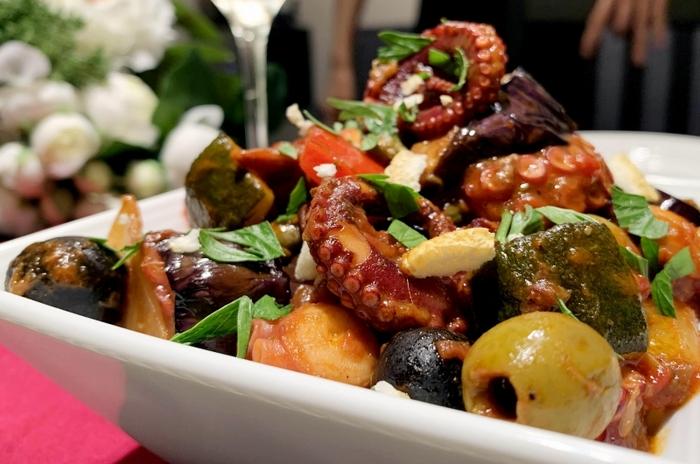 タコの入ったパレルモ風カポナータ。くるんと巻いたタコの足は迫力があって、美味しそうですよね。オリーブもグリーンとブラック二色を使って、豪華に。メイン料理にもなりますし、見栄えがいいのでおもてなし料理としてもおすすめです。