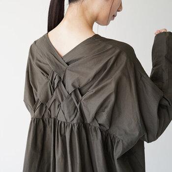 バックスタイルにはバスケット編みを施し、洗練された印象を与えるデザインに。フロントがシンプルな分、背中側のさりげないデザインが映えるワンピースです。