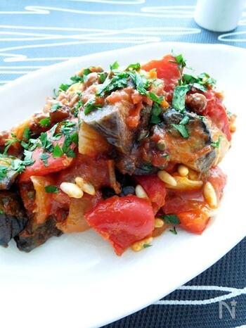 一般的に広く知られている「カポナータ」は、イタリア・シチリア島生まれの伝統料理。  どのような料理かというと、揚げたナスと野菜を、トマト(生のトマトや、トマト缶、トマトピューレなど)と一緒に煮込んでつくります。メインは揚げナスですが、そのほかにズッキーニや玉ねぎ、セロリ、オリーブなどがよく使われます。砂糖や酢を使い、甘酸っぱく仕上げます。  実はナポリにも「カポナータ」がありますが、シチリアの「カポナータ」とはまったく異なる料理なのだそう。ナポリの「カポナータ」は、硬いパンの上にトマトをメインとした食材を和えたサラダのようなものをのせた料理です。同じイタリアの「カポナータ」なのに、面白いですね。