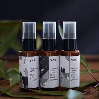オーガニック素材で作られたフレグランススプレーです。1日のスタートにおすすめな「on」、寝るときに使って癒される「off」、気持ちを切り替えてくれる「fresh」の3種類の香りがあります。  カーテンや寝具はもちろん、持ち歩くハンカチなどに1プッシュすれば気持ちが落ち着きますよ。優しい香りが心を、自然の素材が体を癒してくれます。