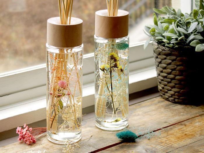 ドライフラワー入りのハーバリウムディフューザーです。涼しげな甘さのある「スプリングブリーズ」と夏の海のような爽やかさのある「オーシャンズドリーム」という香りがあります。  美しい花が入っているガラスのボトルに天然の木を使ったキャップなど、見た目もとてもかわいらしいアイテムです。目でも香りでも癒されてください。