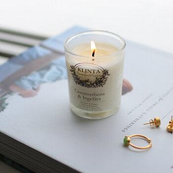 スウェーデンの自然をイメージした6種類の香りのバリエーションがあるアロマキャンドルです。優しく香るアロマはリラックス効果抜群で、明かりを消しておやすみ前のひとときを過ごすのにぴったりですよ。  こちらのキャンドルは、溶けたロウがマッサージオイルになるスキンケアキャンドルなんです。良い香りを楽しんでリラックスした後に手や爪に塗り広げれば、しっかり保湿されて自分の気分も上がるのでぜひ試してみてください。