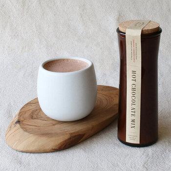 粉末タイプで気軽に作れるホットチョコレートです。カカオ豆の豊かな風味が味わえる大人な味わいは、お好みで砂糖や蜂蜜を加えても◎。「お店で人気のホットチョコレートを家でも楽しみたい!」という要望に応えて作られました。