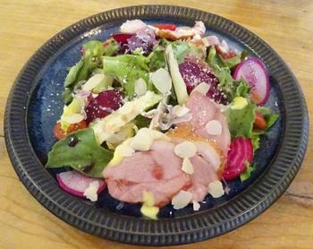野菜をふんだんに使ったサラダもおすすめです。ランチドリンクや自家製デザートセットなどもありますよ。