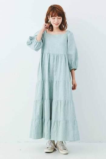 モデルの高瀬真奈さんとコラボして作った、鮮やかなライトグリーンのワンピースです。ティアードデザインでボリューム感がありますが、スクエアネックと七分袖でスッキリ着こなせます。一枚でコーデが決まる楽ちんさも、うれしいポイントですね。