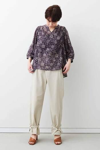 ミュルーズ染織美術館が収蔵している、花柄のコレクションをアレンジしたオリジナルプリントのブラウス。ボリューム感のあるスリーブでもスッキリ見える七分袖で、春から秋まで活躍してくれます。シンプルなパンツやスカートと合わせて、フェミニンに着こなすスタイルがおすすめ♪