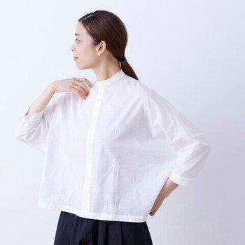 一見するとシンプルなブラウスに見えますが、よく見るとブーケの刺繍が散りばめられている繊細なトップス。ゆったりとしたシルエットなので、前のボタンを開ければ羽織としても活躍してくれます。白シャツ感覚でナチュラルやきれいめスタイルに合わせたい、大人デザインの七分袖トップスです。