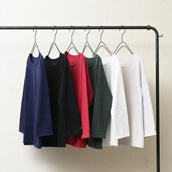 しっかりとした素材感で、ストレッチの効いた七分袖トップスです。深すぎないクルーネックで、どんなテイストにも合わせやすい一枚。季節を問わずに着こなせるので、ロングシーズン活躍してくれます。カラーは豊富な6色展開です。