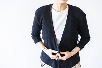 素朴な、シンプルな、かざらないをコンセプトに掲げる、「homspun(ホームスパン)」の七分袖カーディガン。カシュクールデザインになっているので、羽織るだけでなくウエストラインで結んでも新しいスタイリングが楽しめます。カラーはブラックとオートミールの2色展開です。