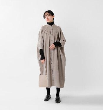 七分袖のワンピースは、一枚でそのまま着るのはもちろん下に長袖を重ね着するのもアリです。ヌードベージュカラーのワンピースに黒のハイネックをレイヤードすれば、冬のナチュラルコーデの完成です。バッグはベージュ、足元は黒で全体の色を統一しているのもポイント。