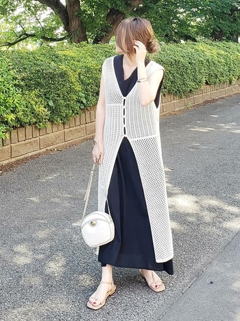透かし編みのニット素材は、ロング丈でも重たくならず、夏らしい軽やかさがあります。ブラックカなど、落ち着いたトーンのコーデでも、涼しげで爽やかな印象に。
