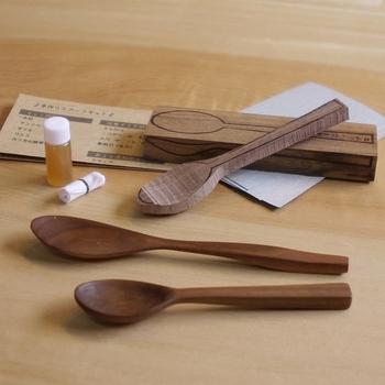 滑らかな手触りの木彫りのスプーンは、彫刻刀を使ったことがある子どもにおすすめのプレゼントアイテムです。  木彫りスプーンキットなら、オプションで荒くカットしてもらうこともできるので、初心者さんでも安心してつくれますね。   ■木彫りスプーンキットを使ったスプーンの作り方■ 1.テーブルに木材をセット 2.スプーンのくぼみを彫る 3.スプーンの裏側を彫る 4.持ち手を彫る 5.サンドペーパーで削る 6.オイルで塗装する 7.よく拭き上げてから乾燥する