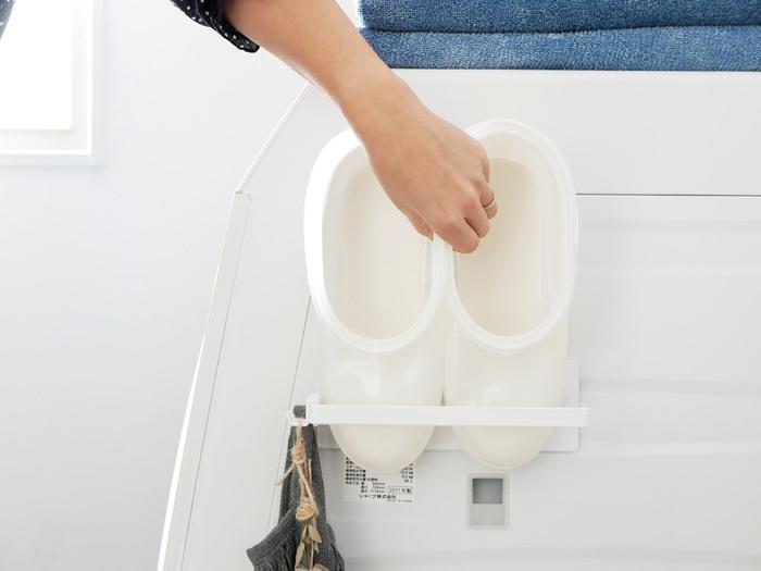 収納場所に困りがちなバスブーツもスッキリしまえますし、タオルバーとしても◎。付属のフックで、小物をかけることもできます。