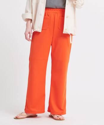 鮮やかなオレンジが眩しいウエストゴムパンツは、ジャージー素材でとことん楽な履き心地。綺麗なフレアーのシルエットなので、Tシャツとのワンツーコーデでも部屋着っぽい印象になりません。