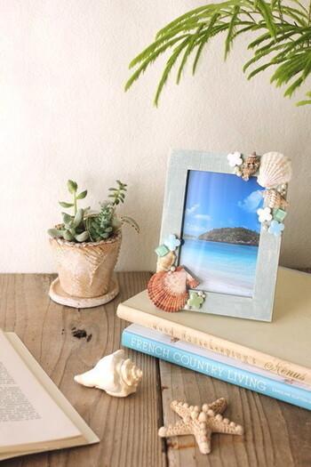 100均のフォトフレームに装飾を施したり、色を塗ったりする簡単アレンジなら、未就学児から一緒につくれますよね。できあがったフォトフレームには、家族の写真や子どものとっておきの写真を飾って、プレゼント。  フォトフレームの裏側には、つくった年月日を入れておくと、いい記念になります。   ■簡単なフォトフレームの作り方■ 1.フォトフレームに色を塗る 2.フォトフレームに装飾を施す 3.写真を入れる