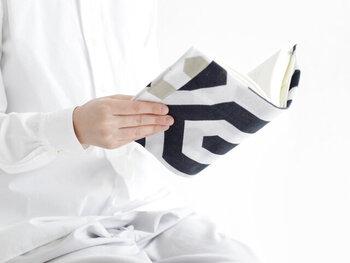 紙を折り畳んでブックカバーを手作りする方法と同様、手ぬぐいを折り畳んでもブックカバーをつくることができます。手汗をかいても、手ぬぐいなら、気軽に洗えるのがいいですね。