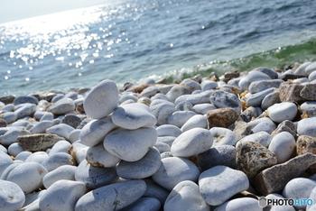 その景色の美しさやロマンチックさから、マーブルビーチは「恋人の聖地」としても知られ、赤いハート形のモニュメントが設置されています。大切な人と一緒に、癒しのひとときを過ごしたい方にもぴったりです。