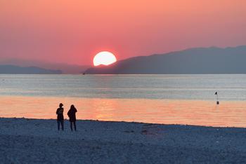 また、マーブルビーチは「日本の夕日百選」にも選ばれています。沈んでいく夕日が海や空を染めていく様子は、昼とは一味違った絶景。海とビーチと自分だけになったような世界が広がる中で、目の前の景色に没頭することができますよ。