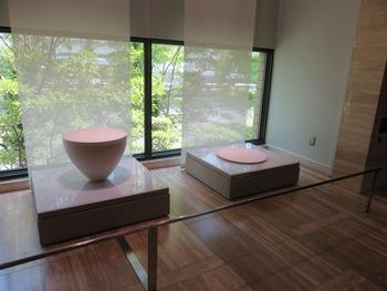 この美術館の特色は、展示で自然の光を取り入れていること。陶磁器は光の当たり方で見え方が違ってくるため、作品の特徴がより分かりやすくなるよう、採光を工夫しています。例えば2階の展示ケースでは、天窓から差し込む太陽の光を活用。陶磁器本来の色合いやあたたかさを感じられる展示となっています。