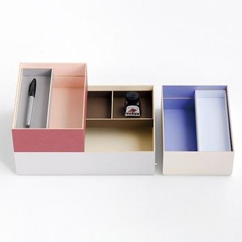 「FUMIBAKO」は、その名の通り、文箱にぴったりの紙箱です。SとLの2サイズがあり、サイズ違いで重ねて使うことも可能。ペン用のトレイも付いているから、小物の整理にも便利です。