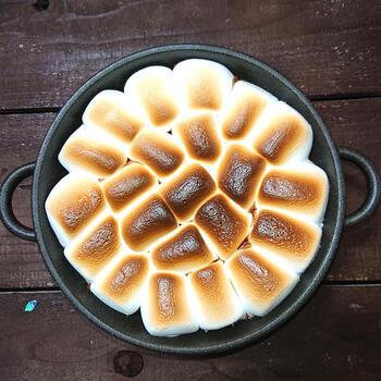 耐熱皿とトースターを使った焼きマシュマロレシピです。まずチョコレートを焼いて溶かしたら牛乳を入れて、その上にマシュマロをのせ焼いたスイーツ。耐熱皿を使えば、いろんな焼きマシュマロのアレンジが楽しめそうですね!