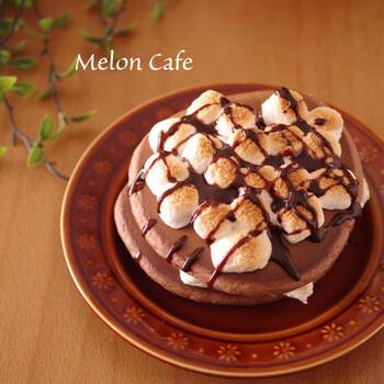 マシュマロとチョコレートは相性抜群ですよね。こちらは、ホットケーキをココア味にして、トッピングにもチョコレートをかけたチョコたっぷりの味わい。まずホットケーキを作ってから、マシュマロはトッピングして、トースターでこんがり焼き上げます。
