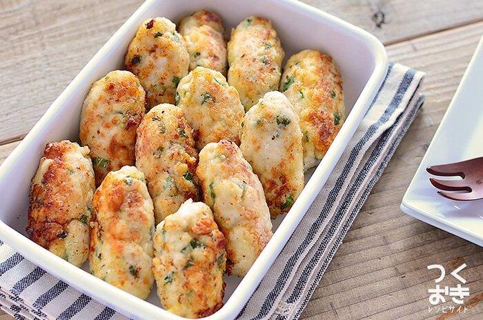 はんぺん入りで、フワフワやわらか棒つくねのレシピ。梅、しそ、チーズ、つくね、それぞれの相性がバツグンです。冷めてもおいしいから、お弁当のおかずにも◎。