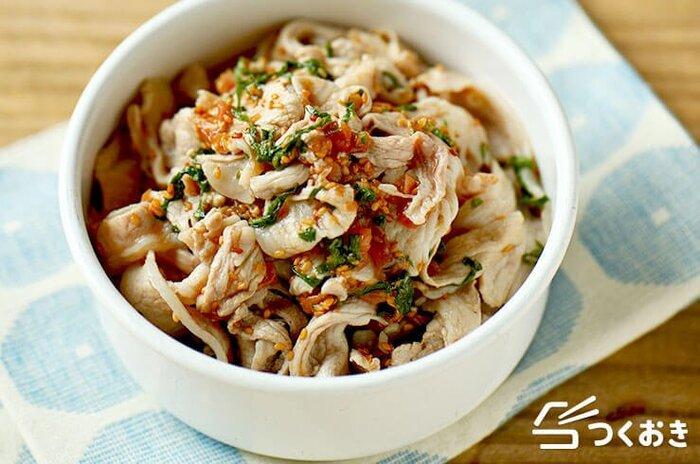 さっぱりとした梅&大葉の風味で、食欲がないときにもお箸が進む、梅しそ豚しゃぶ。サンチュやえごまの葉などで巻いて食べるのもおすすめです。