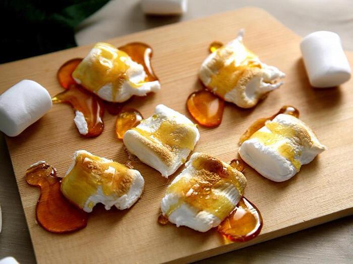 こんがり焼けたマシュマロに、水あめをかけて、冷蔵庫で冷やしてから食べるスイーツです。カリっとした飴とふんわりしたマシュマロの、食感のハーモニーを楽しんでみてください♪