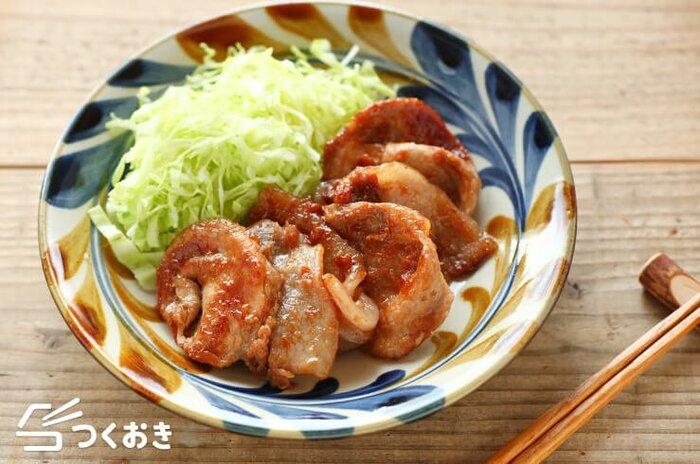 酸味のあるコクうま味の、豚肉の梅しょうが焼きのレシピ。漬けて焼くだけなのでシンプルで簡単。しょうがと梅干しの相乗効果で、豚肉の旨味が引き出されています。