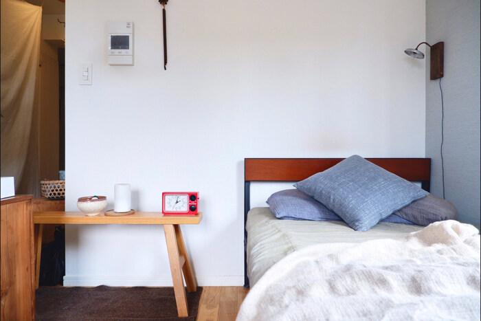 幅が細めのベンチは、ベッド横に置いてちょっとした小物置きに。省スペースで、一人暮らしやコンパクトな寝室にもちょうどいいサイズ感です。