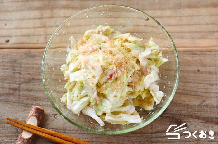 梅干しの酸味をマヨネーズがほどよく中和し、そこにおかかの風味がバランスよく加わり、キャベツにおいしくからんでいます。余ったキャベツの消費にも使えるレシピです。