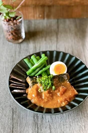 いつものサバの味噌煮も、梅を入れることでさっぱりとした仕上がりに。ご飯が進むひと皿になります。