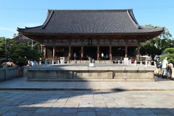 四天王寺では、月2回、早朝の時間に座禅会を行っています。誰でも無料で参加できるため、座禅が初めてという方も気軽に参加できるのが魅力。喧噪や日常の忙しさから離れて心を落ち着け、本当の意味で癒されるために、ぜひ挑戦してみてくださいね。