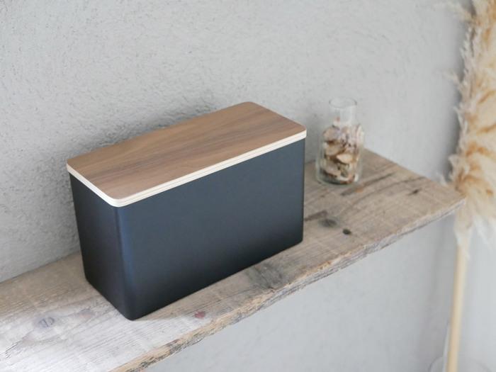 木目調の蓋がアクセントになっている、おしゃれなボックス収納。シンプルな雰囲気のトイレによく合いそうです。2色から選ぶことができます。