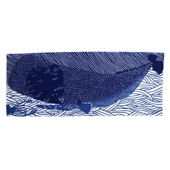手ぬぐいのスペースいっぱいにドーンと配されたのは「マッコウクジラ」。左下には巨大なイカの「ダイオウイカ」のシルエットが一部分見えており、「どんなバトルをしているんだろう?」と想像力を刺激されますね♪  海を豪快に泳ぐクジラの様子は眺めていて心地よく、元気を与えてくれる1枚です。