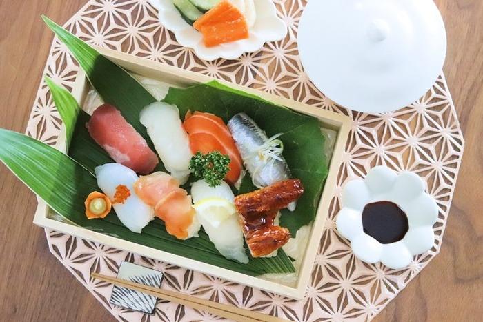 ざる蕎麦はもちろん、例えばスーパーのお寿司もトレーに盛り付けるだけで、高級寿司にワンランクアップ。料理以外にも、練り切りやおはぎを盛り付けて和のおもてなしにも活躍してくれそうです。