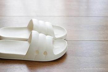 シンプルなデザインのマルチスリッパは、軽くて履きやすいと人気です。室内用としてはもちろん、庭やベランダなどちょっとした外に出るシーンにも使えます。