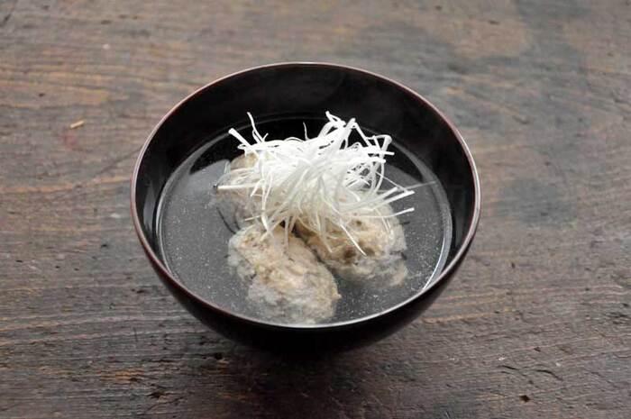 汁物に具材をちょい足ししたい時にも、白髪ねぎが役立ちます。白髪ねぎは香りが強すぎないので、上品な味わいのお吸い物にぴったり。