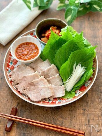 白髪ねぎとお肉の相性は抜群◎サムギョプサルを作る際、お肉と一緒に白髪ねぎを包んで食べるのもおすすめです。歯ごたえのある野菜が加わることで、食べ応えがアップしますよ。