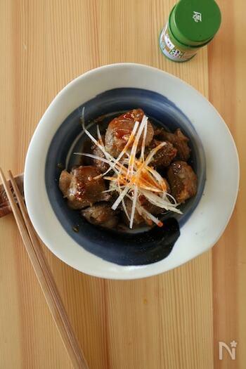 弾力のある食感を楽しめる、砂肝の炒め物です。仕上げにのせた白髪ねぎとの食感のコントラストが◎ラー油と山椒の辛味と香りも良いですよ。