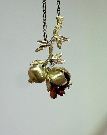 「ざくろ石」の呼び名をそのままネックレスにしたアクセサリー。なんと皮の部分が開閉式になっていて、その中にはザクロの実を模したガーネットが連なっているという、繊細かつ遊び心満載のアイテムです。