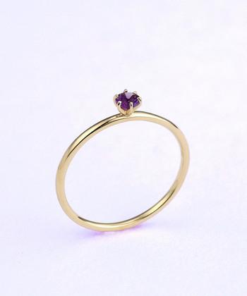 「宝石の指輪といえばこの形」という、王道の中の王道。それ故ににシンプルで、他のリングと重ね付けも相性がよく使いやすい。石が最大限に美しく見えるようなクラウンのデザインが繊細です。