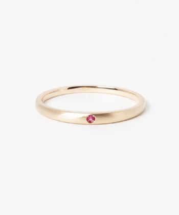 マット仕上げのリングに誕生石が埋め込まれている、シンプルでフラットなデザイン。引っかかりにくいので仕事中でも邪魔になりません。イエローゴールドに深いピンクが美しく映えて、控えめだけど存在感あるアイテム。
