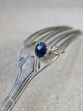 こちらも粒金の繊細な装飾が魅力的なリング。深い青とゴールドの色の対比が美しく上品な印象に。サファイアの石のカッティングが独特で、どの角度からも煌めいて見えて艶やかです。