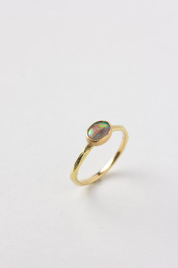 オパールの中でも最も希少価値の高いブラックオパールを使った特別なリング。ブルー、オレンジ、グリーンなどの七色が鮮明にあらわれ、見るたびに違った表情を楽しめます。特別な人に、特別な日に、特別な指輪を。