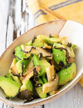 野菜の無限レシピによく使われる塩こんぶ。常備しておくと味つけも一発で済み、とっても便利。こちらアボカドと焼いたエリンギを塩こんぶで和えるだけで、簡単においしいレシピに仕上がり、あと一品欲しいときやおつまみに重宝します。