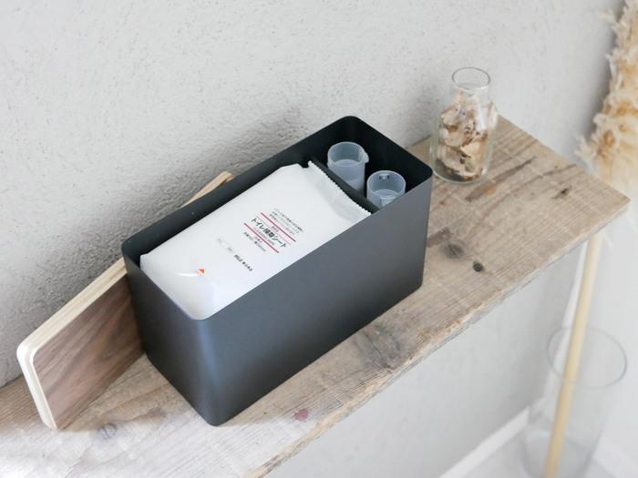 掃除用のシートや生理用品など、トイレまわりの小物が程よく収まるサイズ感です。仕切りは動かすことができるので、しまうものに合わせて調整できますよ。