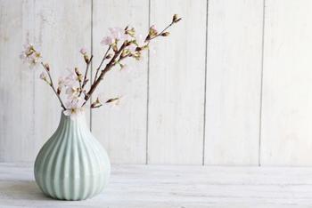 すっきりとした棚の上に、一輪の春を挿して…。床の間の無い現代の家でも、四季を感じる空間を作ることができます。春には春の花を、夏には夏のインテリアを…四季の移ろいを味わってみましょう。