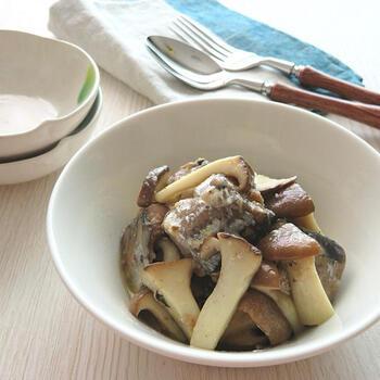 炒めたエリンギとさんまの水煮缶にニンニクチューブで味をつけたシンプルながらガーリック風味が食欲そそる簡単おつまみ。お酒だけでなく、ご飯やパンにまで合うので、さんまの水煮缶を常備しておくとあと一品欲しいときに役立ってくれます。